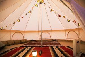 装飾されたテントの中