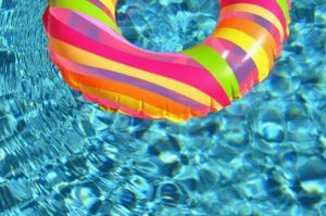 水辺に浮く浮き輪