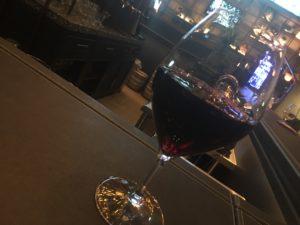 ワイングラスに入った赤ワイン