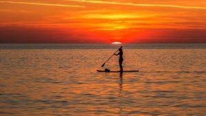 夕日の海でのSUP