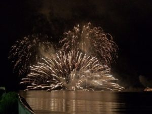 打ち上がる湖上花火
