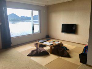テレビとテーブルのある部屋