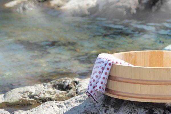 露天風呂にある桶とタオル