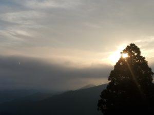朝靄の山景色