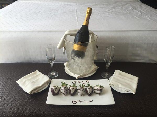 冷えたシャンパンとグラスとベッド