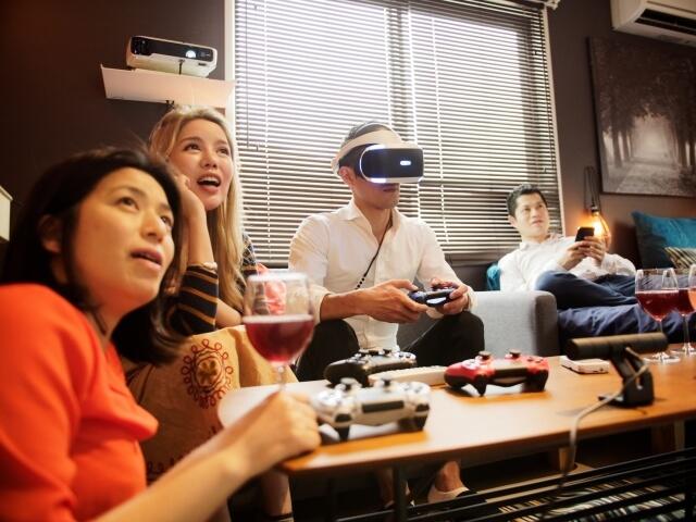 テレビゲームをする男女4人