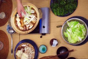 テーブルの上にある鍋と野菜