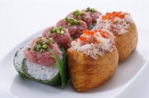 ねぎとろが巻かれた高菜巻といくらの乗ったいなり寿司