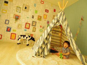 室内のテントであそぶ子ども