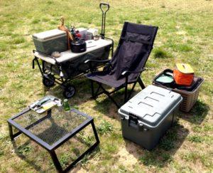 草むらに置かれたキャンプ道具