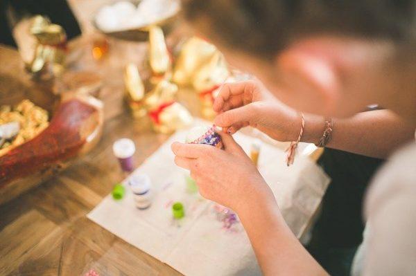 手作りで作業する女性
