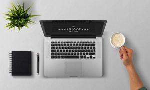 ノートパソコンとコーヒーとノート