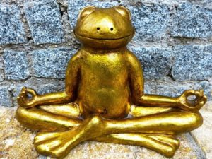 瞑想するカエルの像