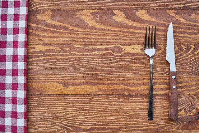 テーブルに置かれたナイフとフォーク