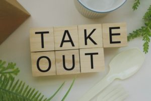 木のブロックに書かれたTAKEOUTの文字