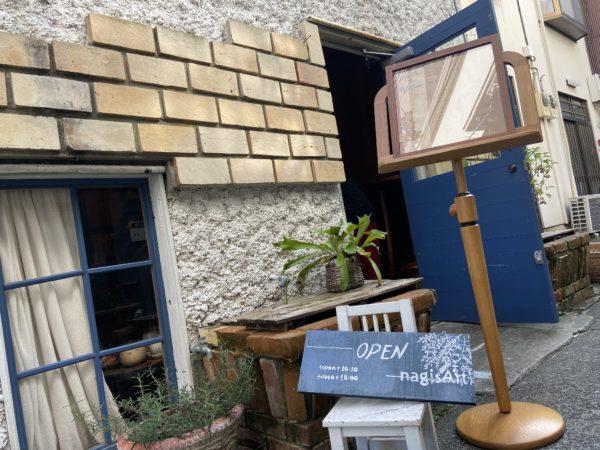 おしゃれなレンガ造りのカフェの入り口