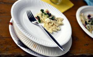 紙皿の上に載せられたマカロニとフォーク