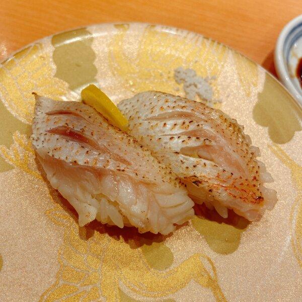 金の皿に乗った炙り赤ムツ寿司