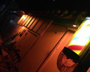 床屋の看板が光る夜