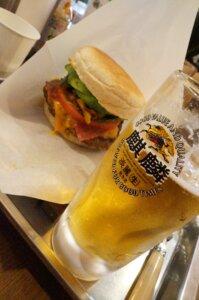 ハンバーガーと飲みかけのビール